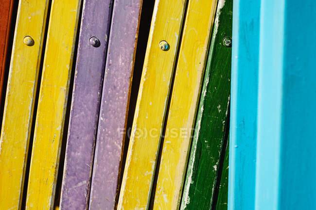 Primer plano de sillas de madera plegadas multicolores - foto de stock