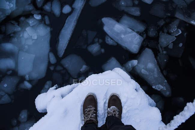 Blick von oben auf einen Mann an der zugefrorenen Barentssee, Murmansk, Russland — Stockfoto