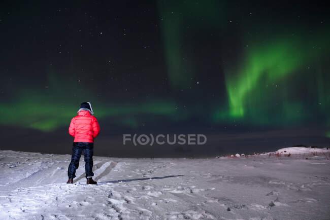 Rückansicht eines Mannes, der das Nordlicht betrachtet, Halbinsel Kola, Murmansk, Russland — Stockfoto