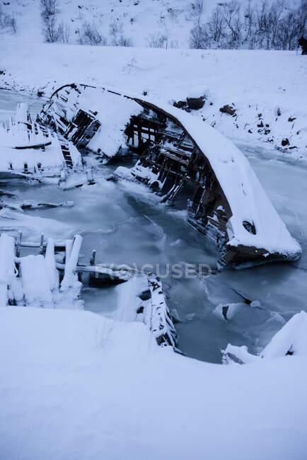 Корабельна аварія замерзла в крижаній річці Теріберка, Мурманськ, Росія. — стокове фото