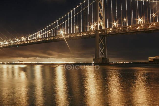 Bay Bridge iluminado por la noche, San Francisco, California, EE.UU. - foto de stock