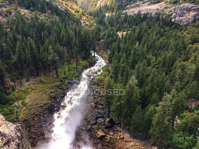 Veduta aerea di un fiume che scorre da una cascata, Yosemite National Park, California, USA — Foto stock