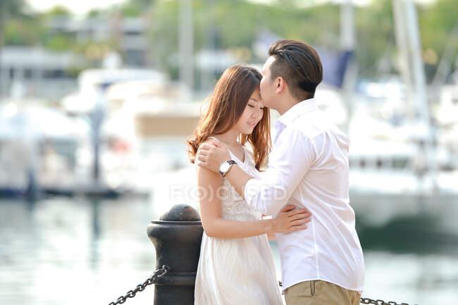 Портрет подружжя закоханих стоїть біля пристані (Сінгапур). — стокове фото