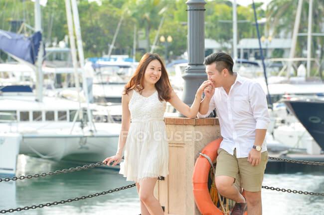 Ritratto di una coppia innamorata accanto ad un porto turistico, Singapore — Foto stock