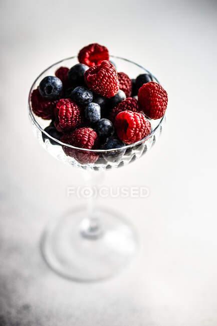Десертный стакан со свежей малиной и черникой — Stock Photo