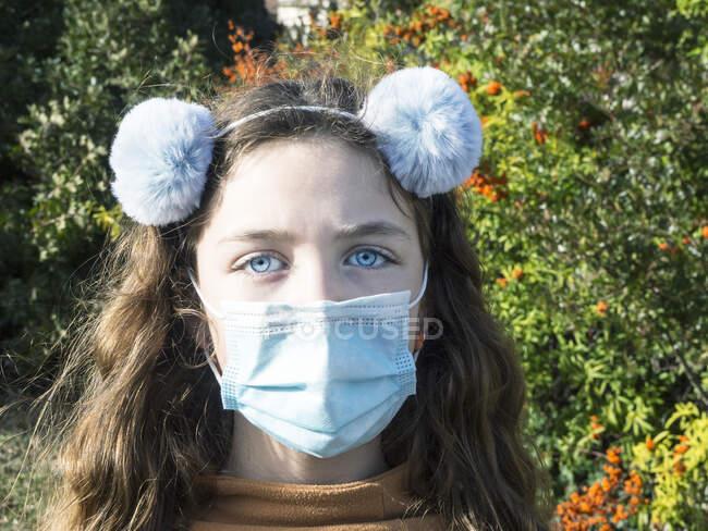 Porträt eines Mädchens mit Bommelhaarband, Italien — Stockfoto