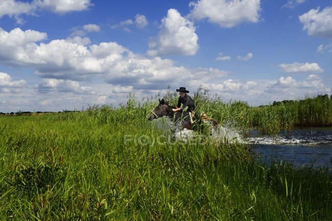 Портрет жінки, що їде через озеро в сільській місцевості (Польща). — стокове фото