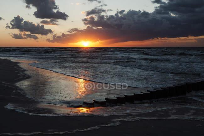 Puesta de sol sobre el Mar Báltico, Polonia - foto de stock
