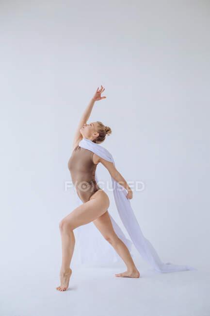 Frau tanzt mit weißem Stoff über den Schultern — Stockfoto