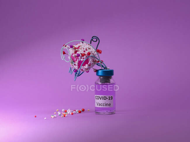 Vacuna covid conceptual que ataca al virus - foto de stock