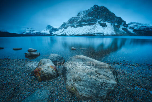Bow Lake and Canadian Rockies, Banff National Park, Alberta, Canadá - foto de stock