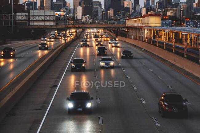 Городской пейзаж и автомобили, движущиеся по шоссе на закате, Чикаго, Иллинойс, США — стоковое фото
