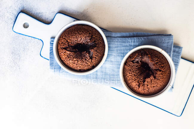 Overhead view of two individual Chocolate fondant cakes — Stock Photo