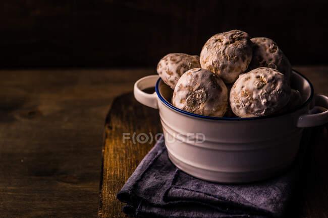 Tigela de biscoitos de aveia caseiros em uma placa de corte — Fotografia de Stock