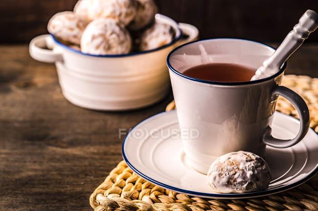 Xícara de chá com biscoitos de aveia caseiros — Fotografia de Stock