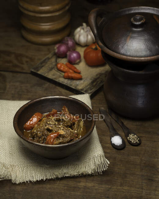Bowl of sweet beef and chilli stew — Stock Photo