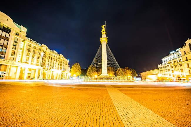 Decoraciones navideñas en Freedom Square por la noche, Tiflis, Georgia - foto de stock