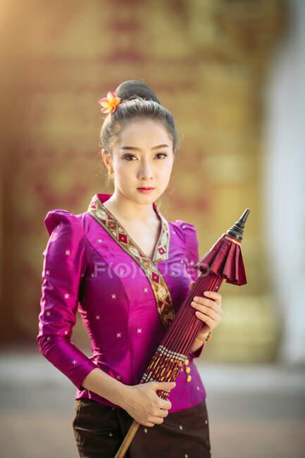 Ritratto di una bella donna con in mano un ombrellone, Thailandia — Foto stock