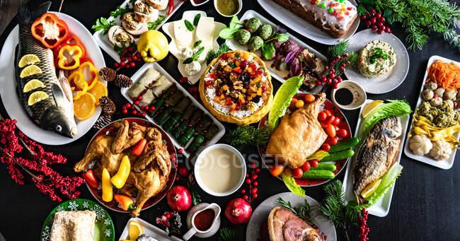 Sirve mesa georgiana tradicional festiva para la víspera de Año Nuevo con un conjunto de platos - foto de stock