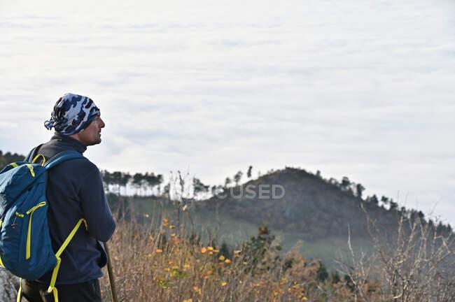 Мандрівник стоїть на вершині гори, дивлячись на вид, Боснію і Герцеговину. — стокове фото