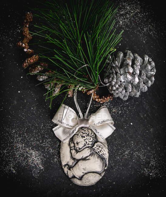 Decoración navideña rústica con adorno, concha de pino y rama de abeto - foto de stock