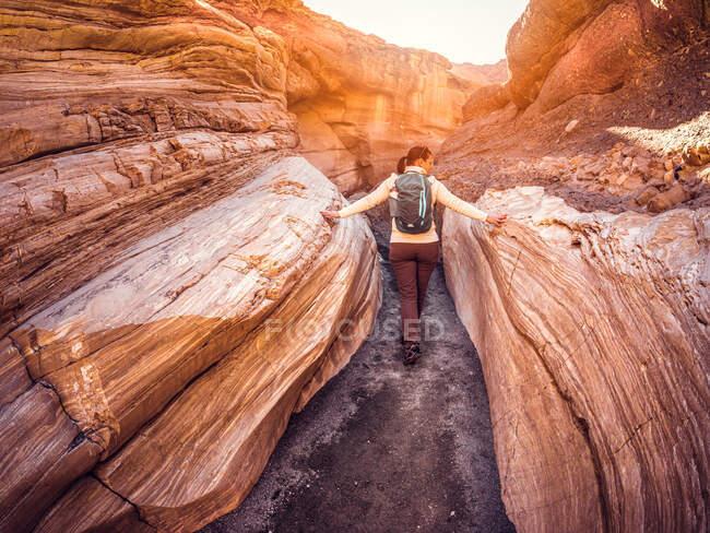 Visão traseira de uma caminhante feminina, Parque Nacional do Vale da Morte, Califórnia, EUA — Fotografia de Stock