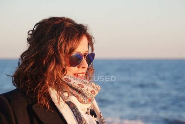 Retrato de uma bela mulher usando óculos de sol em pé à beira-mar, Málaga, Andaluzia, Espanha — Fotografia de Stock