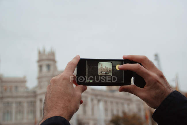 Boy taking a photo with his mobile phone, Madrid, Espanha — Fotografia de Stock