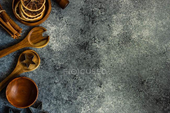 Дерев'яні кухонні начиння, кухонний посуд і сушені апельсинові шматки. — стокове фото