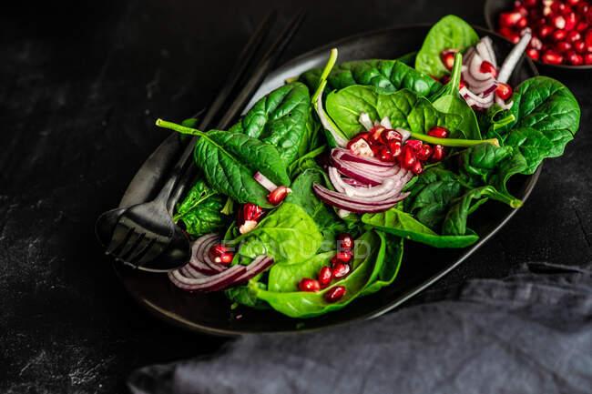 Концепция здорового питания со свежим органическим шпинатом оставляет салат на деревенском фоне с копировальным пространством — стоковое фото