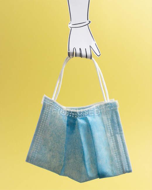 Mujer conceptual sosteniendo una bolsa de compras - foto de stock