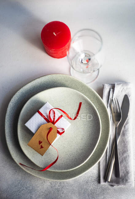 Romantic place setting for Valentine's Day — Stock Photo