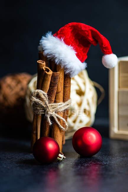 Conceptual Santa Claus y decoraciones navideñas - foto de stock