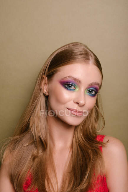 Ritratto di una bella donna sorridente con sorprendente trucco degli occhi — Foto stock