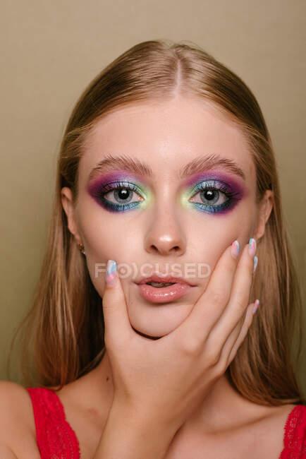 Ritratto di una bella donna con la mano sul viso — Foto stock