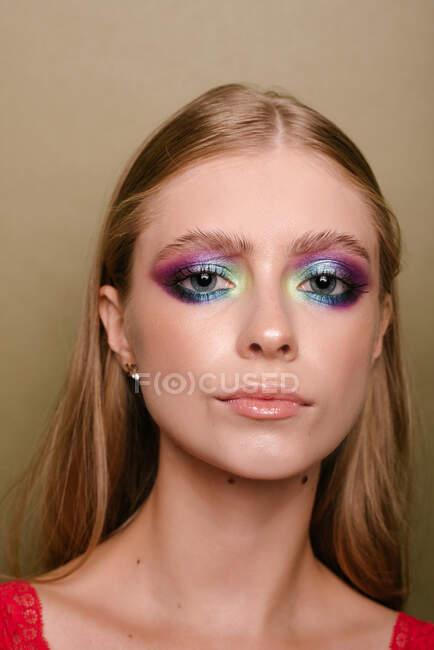 Ritratto di una bella donna con sorprendente trucco degli occhi — Foto stock