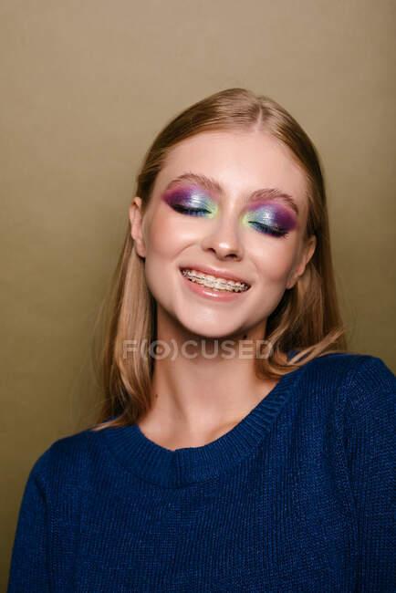 Ritratto di una bella donna sorridente con l'apparecchio dentale sui denti — Foto stock