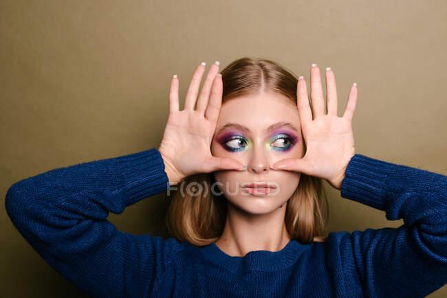 Ritratto di una bella donna con le mani sul viso — Foto stock