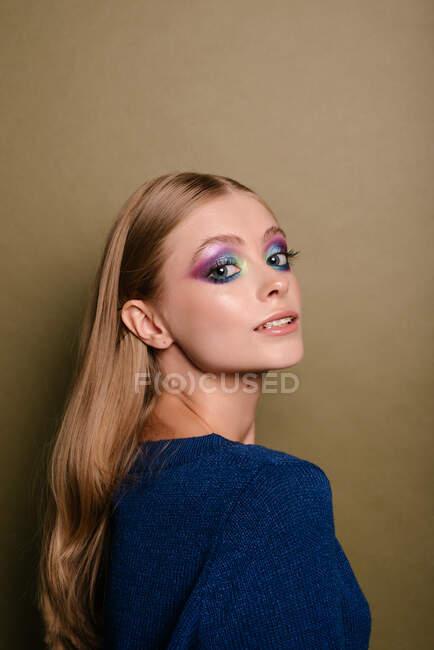 Ritratto di una bella donna che si guarda alle spalle — Foto stock