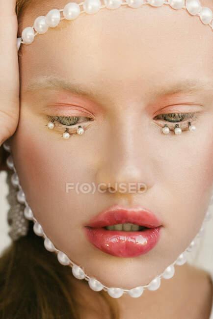 Retrato de una hermosa chica con pestañas de perla - foto de stock