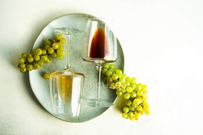 Glass of georgian Rkatsiteli wine in glass and fresh raw grape on rustic table — Stock Photo