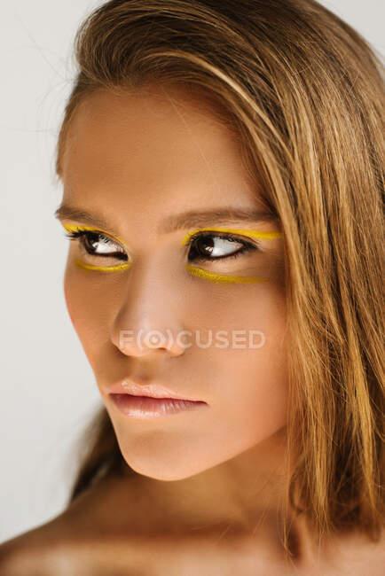 Портрет красивой женщины с макияжем — стоковое фото