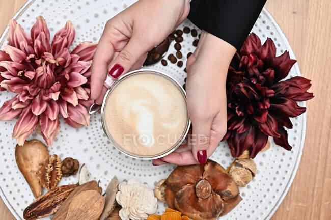 Чашка кофе на тарелке с деревенскими украшениями — стоковое фото