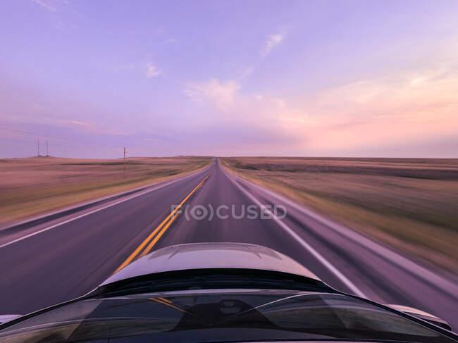 Coche conduciendo a lo largo de una carretera a velocidad, EE.UU. - foto de stock