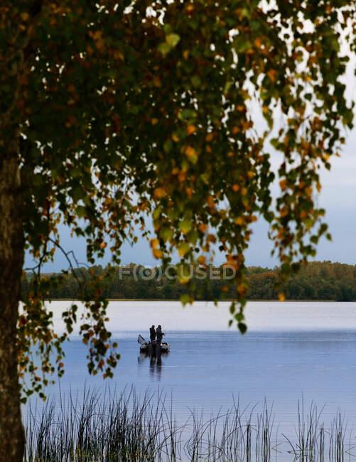 Два чоловіки, що стоять на човні рибалки (Литва). — стокове фото