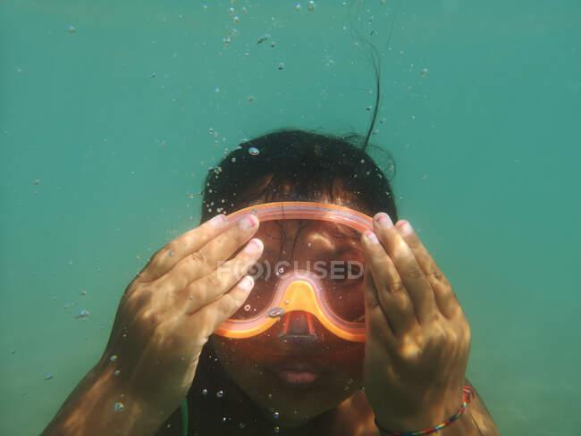 Retrato de uma menina nadando debaixo d 'água usando uma máscara de mergulho, Itália — Fotografia de Stock