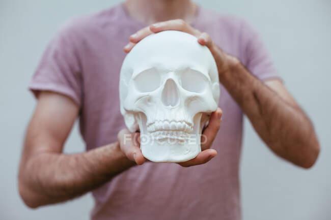 Homme tenant un crâne humain — Photo de stock