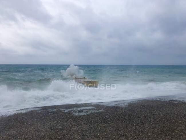 Onde che si infrangono su un pontone arrugginito, Nizza, Alpes-Maritimes, Francia — Foto stock