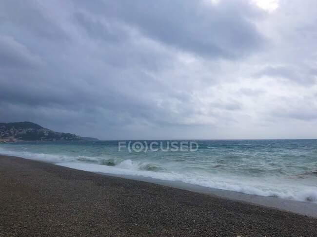 Tempesta sulla spiaggia dalla Promenade des Anglais, Nizza, Alpes-Maritimes, Francia — Foto stock