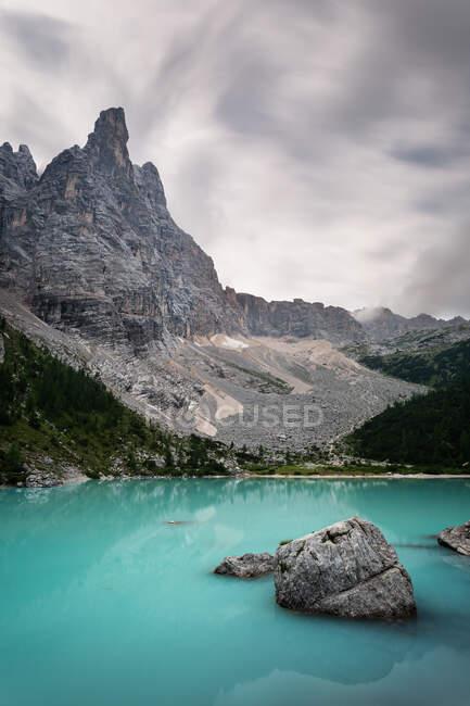 Lago alpino color turchese, Italia — Foto stock